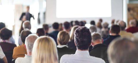 Sieht harmlos aus - aber kann sehr viel Angst machen: Reden vor Publikum (Foto: Fotolia | kasto)