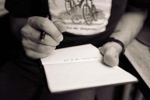 Kurz mal abends drei gute Dinge aufschreiben - und schon geht es dir besser. Echt! (Photo by Calum MacAulay on Unsplash)