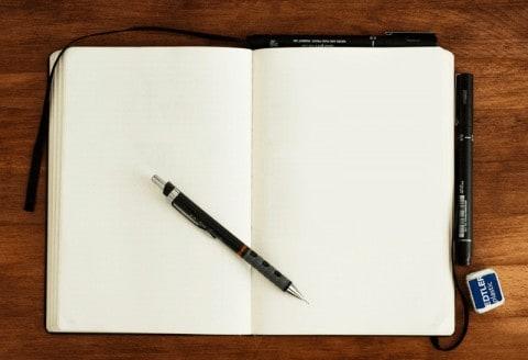 So wird das nichts: Einfach nur das leere Papier anstarren hat noch keinem beim Lösen der Schreibblockade geholfen.
