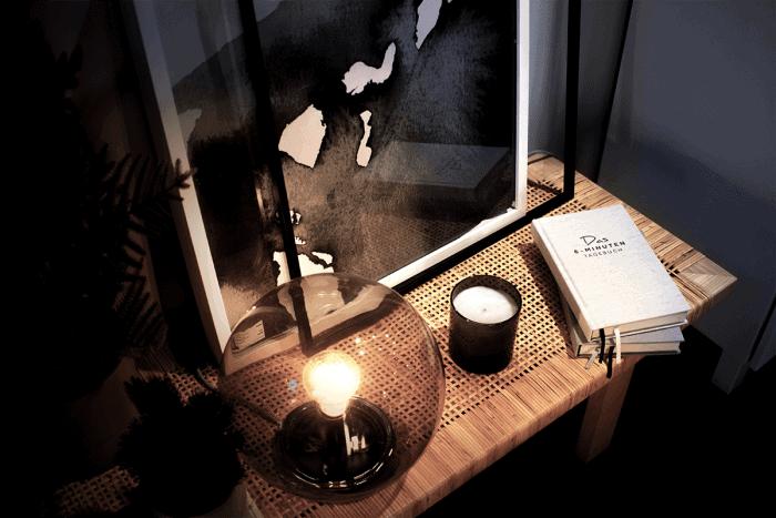 Auf dem Nachttisch: das 6-Minuten-Tagebuch.